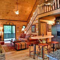 Гостиная-холл с деревянной лестницей