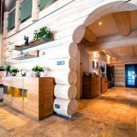 Керамический пол в коридоре деревянного дома