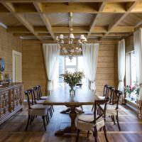 Интерьер столовой в доме из бруса