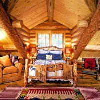 деревянная кровать в мансардной спальне