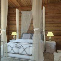 Белая кровать с прозрачным балдахином