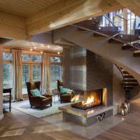 Винтовая лестница в холле частного дома