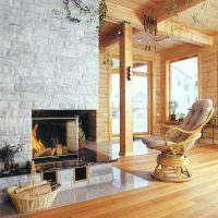 Красивое кресло из натурального дерева