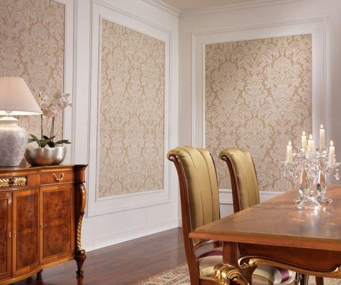 Декор стены классической гостиной тканью