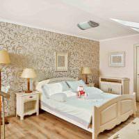 Белая кровать из натурального дерева