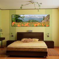 Картина с природным пейзажем над изголовьем кровати