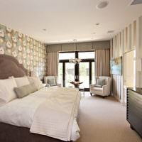 Вертикальные полосы на флизелиновых обоях в спальне