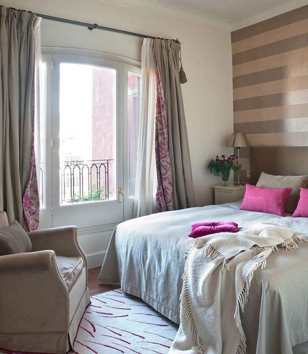 Декорирование окна спальни занавесками из двусторонней ткани