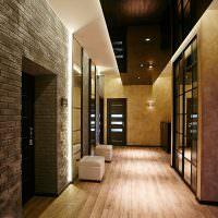 Интерьер длинного коридора в большом доме