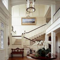 Двухмаршевая лестница в прихожей загородной виллы