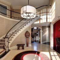 Дугообразная лестница на второй этаж частного дома