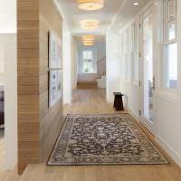 Пестрый ковер в длинном коридоре