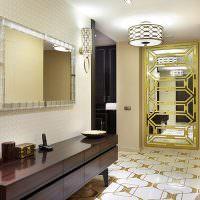 Зеркальная дверь из коридора в комнату