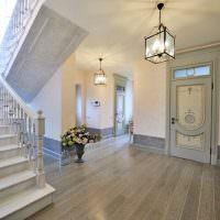 Серый пол из ламината в прихожей частного дома