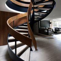 Винтовая лестница в полумраке прихожей