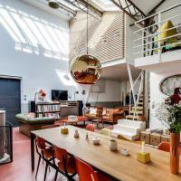 Гостиная с высоким потолком в частном доме