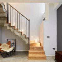 Бетонные поверхности лестницы на второй этаж таунхауса