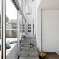 Лестница в стиле минимализма в загородном доме