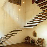 Лестница на подвесных бальцах в таунхаусе