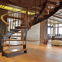 Металлическая винтовая лестница с деревянными ступенями