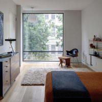 Квадратное окно до пола в спальной комнате