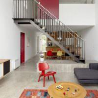 Красный стул перед серым диваном