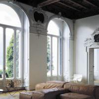 Интерьер гостиной с арочными окнами