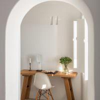 Ретро-стол и современный стул