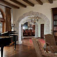Черный рояль в гостиной загородного дома
