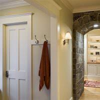 Дверной проем с отделкой камнем