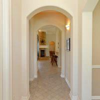 Узкий длинный коридор с белыми стенами