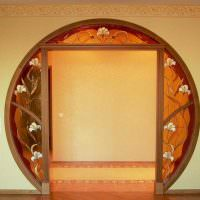 Круглый дверной проем с витражами