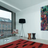 Черный торшер в комнате с панорамными окнами