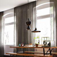 Светильники оригинальной формы над обеденным столом