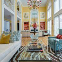 Дизайн гостиной частного дома с высоким потолком