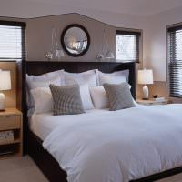 Черная кровать с белым постельным бельем