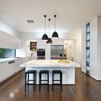 Коричневый пол в кухне с белыми стенами