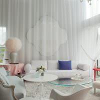 Белый тюль на стене гостиной с высоким потолком