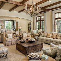 Старая мебель в интерьере современной гостиной