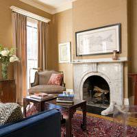 Мраморный камин в комнате частного дома