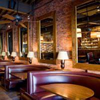 Мягкие полукруглые диванчики в уютном баре