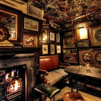 Картины на стене ирландского бара