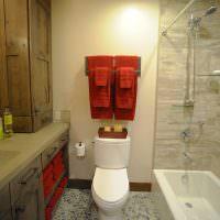 Бардовые полотенца на стене ванной