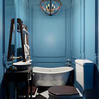 Молдинги на синих стенах ванной комнаты
