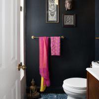 Черная стена в интерьере туалета