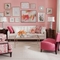 Розовые стены в зале городской квартиры