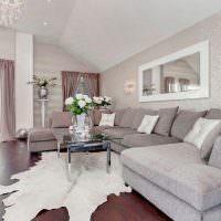 Дизайн светлой гостиной в мансарде частного дома