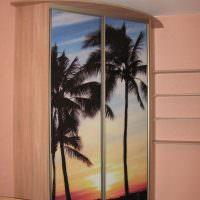 Пальмы на дверцах углового шкафа
