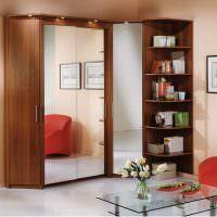 Отражение красного кресла в зеркальных дверцах шкафа