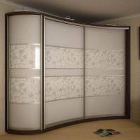 Трапециевидный шкаф-купе с изогнутыми фасадами